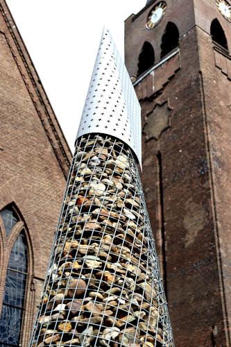 De obelisk van het Toeristisch Overstappunt naast de katholieke kerk in Heino. Vanaf hier kun je wandelen door de Sallandse landgoederen.