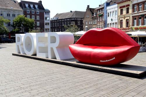 Het beeldmerk van de stad en startpunt voor veel sightseeing in Roermond. De letters ROER en een grote rode mond.